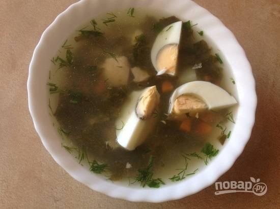 Разливаем борщ по тарелкам, добавляем дольки вареных яиц и подаем к столу. А затем каждый едок сам заправляет борщ сметаной.