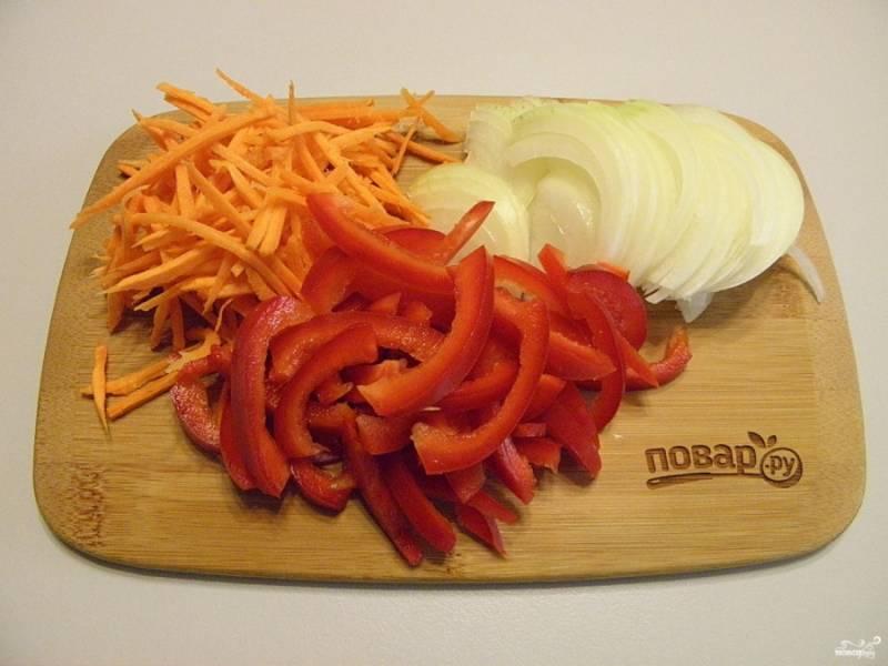 4. Теперь нужно подготовить овощи для жарки. очищенные лук, перец и морковь нужно измельчить примерно одинаково. Для моркови я использовать терку квадратную, а лук и перец порезала.