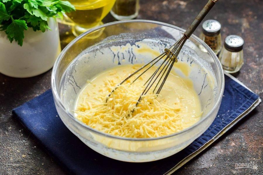 Твердый сыр натрите на мелкой терке и добавьте в тесто.
