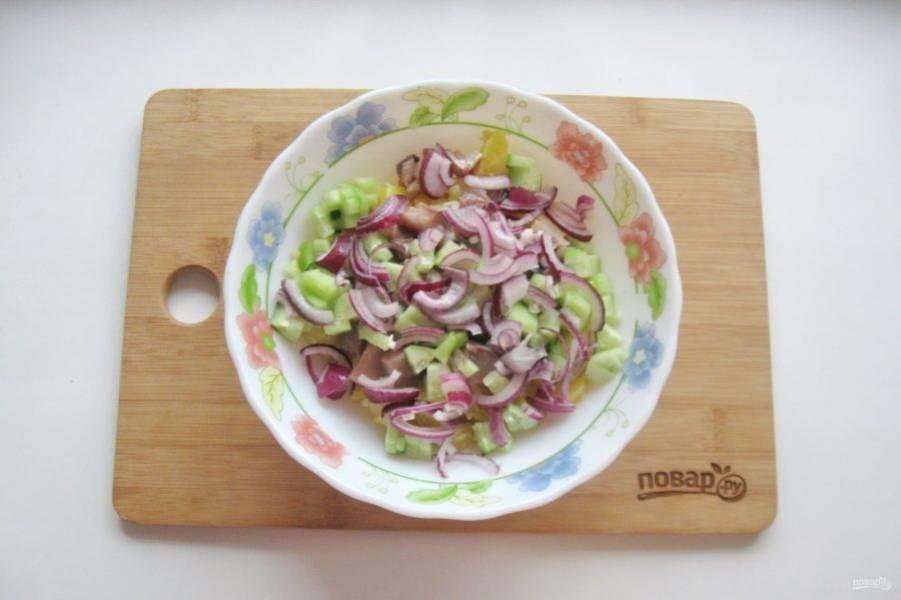 Красный салатный лук очистите и нарежьте произвольно.
