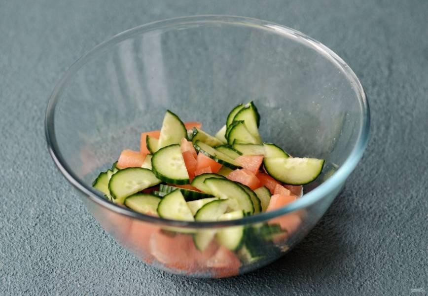 Огурец нарежьте полукольцами, а помидоры на мелкие кубики.