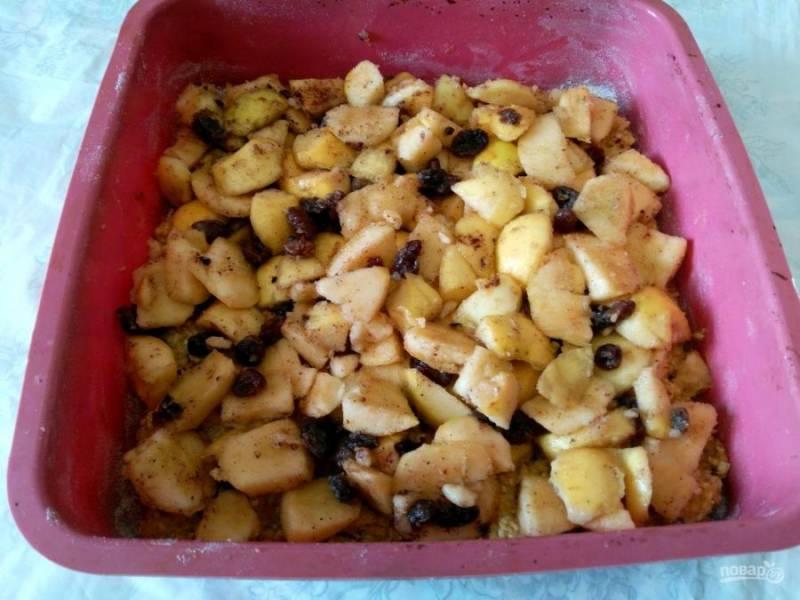 Поверх слоя овсяного теста выложите половину яблочной начинки.