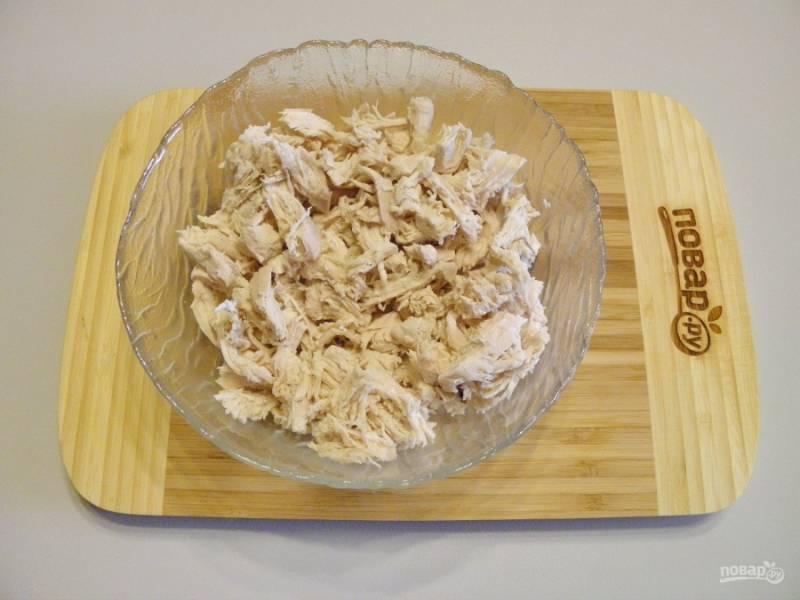 Готовое куриное филе остудите немного, чтобы можно было взять в руки и порежьте или разберите на волокна.