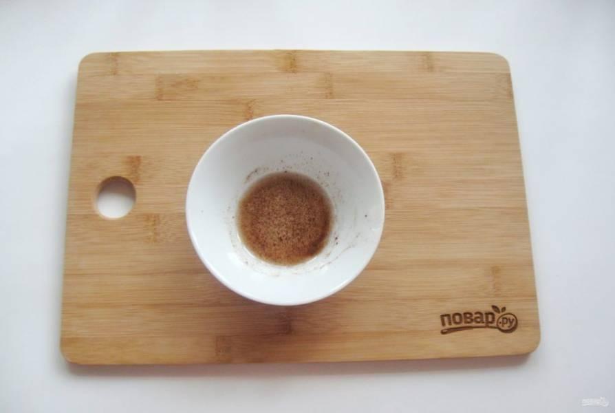 В мисочке смешать любое растительное масло с паприкой.