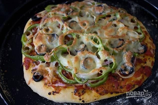 Выпекайте пиццу в разогретой до 200 градусов духовке около 15 минут. Приятного аппетита!