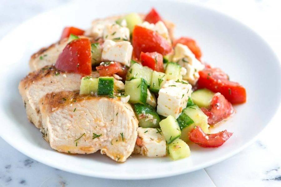 3.Подаем салат. Выложите в тарелку толстыми ломтиками нарезанную грудку, а рядом распределите овощи с сыром. Приятного аппетита!