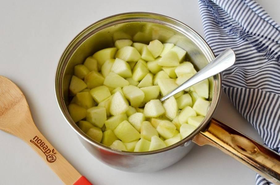 Залейте яблоки кипящим сиропом, перемешайте и оставьте остывать под крышкой.