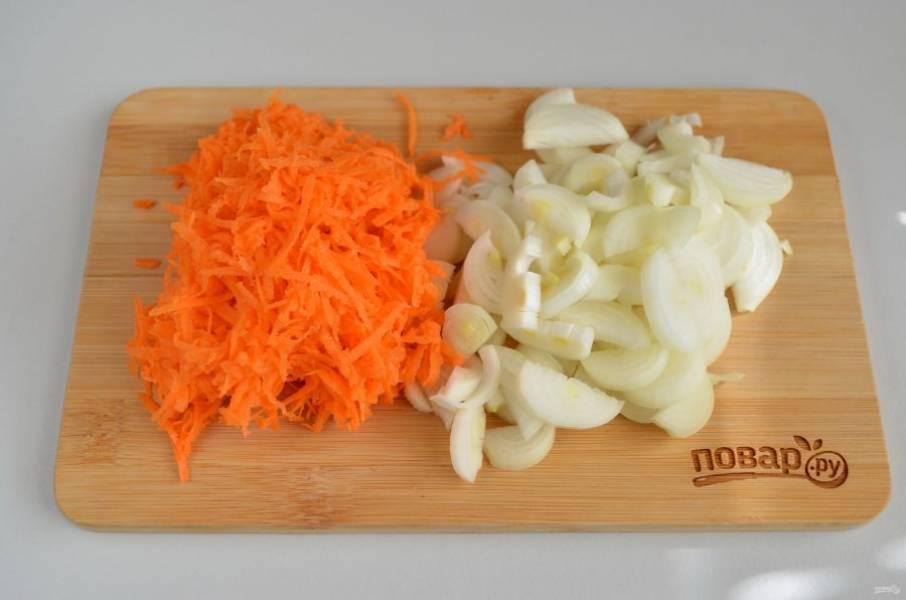 4. Порежьте мелко лук, морковь натрите на мелкой терке.