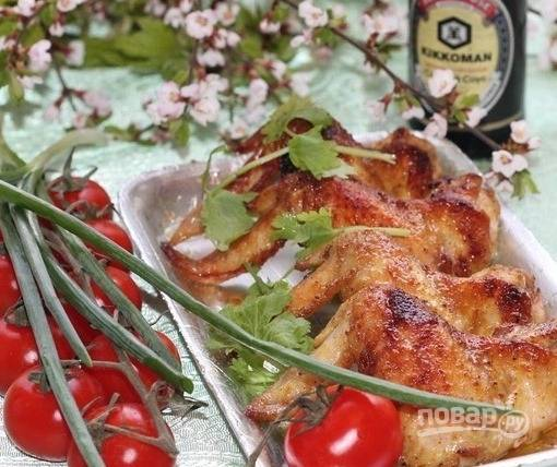 6. Подавайте ароматный и вкусный шашлык из крылышек вместе с овощами (свежие или маринованные — на ваше усмотрение).