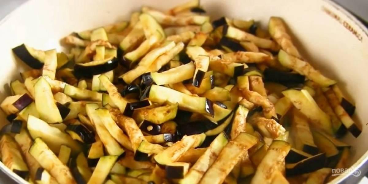 1. Баклажаны нарежьте брусочками, посолите и оставьте на 15-20 минут. Промойте холодной водой. Обжарьте баклажаны на сильном огне на разогретом растительном масле в течение 5-8 минут до готовности.
