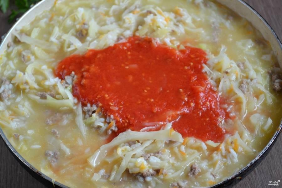 Добавьте томатный сок, соль, перец. Можно также положить лавровый лист, немного чеснока. Перемешайте и тушите под крышкой до мягкости всех ингредиентов.