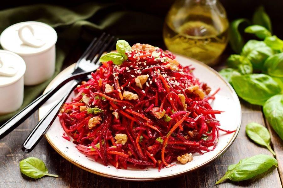 Выложите салат на блюдо для подачи, присыпьте кунжутом. При желании салат можно полить жидким медом.