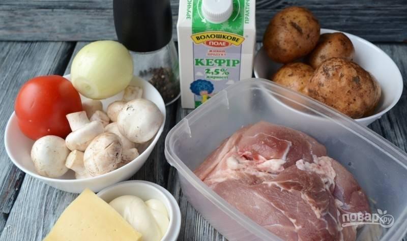 Мясо промойте, а потом нарежьте на 6 кусочков толщиной в 1 см.