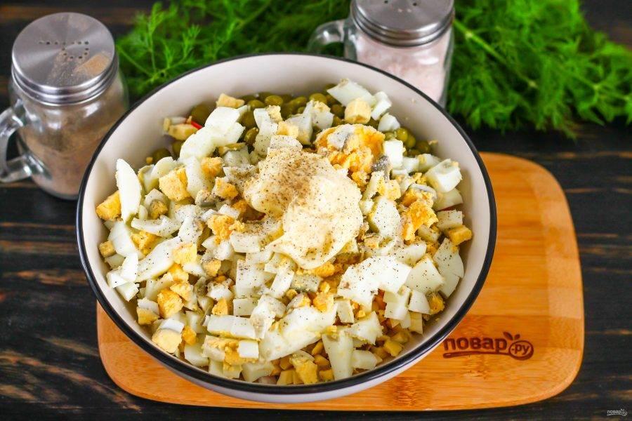 Отварные куриные яйца нарежьте мелким кубиком, всыпьте нарезку в емкость. Выложите майонез любой жирности, посолите и поперчите блюдо, аккуратно перемешайте.