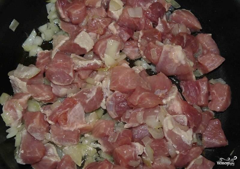 К луку выкладываем мясо и жарим все вместе.