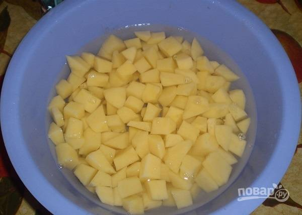 2. Картофель очистите и нарежьте небольшими кубиками.