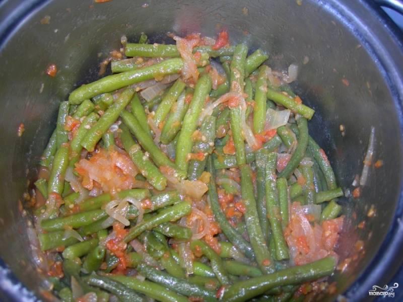 Затем кладем в томатную массу фасоль. Соли, перчим, приправляем по вкусу, все хорошенько перемешиваем и тушим на среднем огне в течении 15-20 минут.
