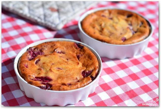 Вот и вся хитрость :) Творожная запеканка с ягодами готова! Подавать лучше теплой, украсив свежими ягодами. Приятного аппетита!