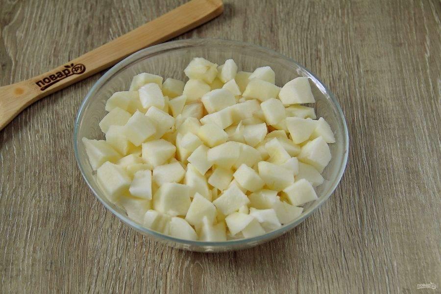 Яблоки очистите, нарежьте кубиками и сложите в глубокую тарелку.