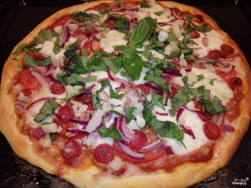 3. А теперь - измельченный базилик и тертый пармезан. Посыпаем ими сверху, отправляем пиццу в духовку, разогретую до 200 градусов. У меня пицца так запекалась 15 минут, но может понадобиться и больше времени, смотря какая лепешка и мощность духовки у вас.