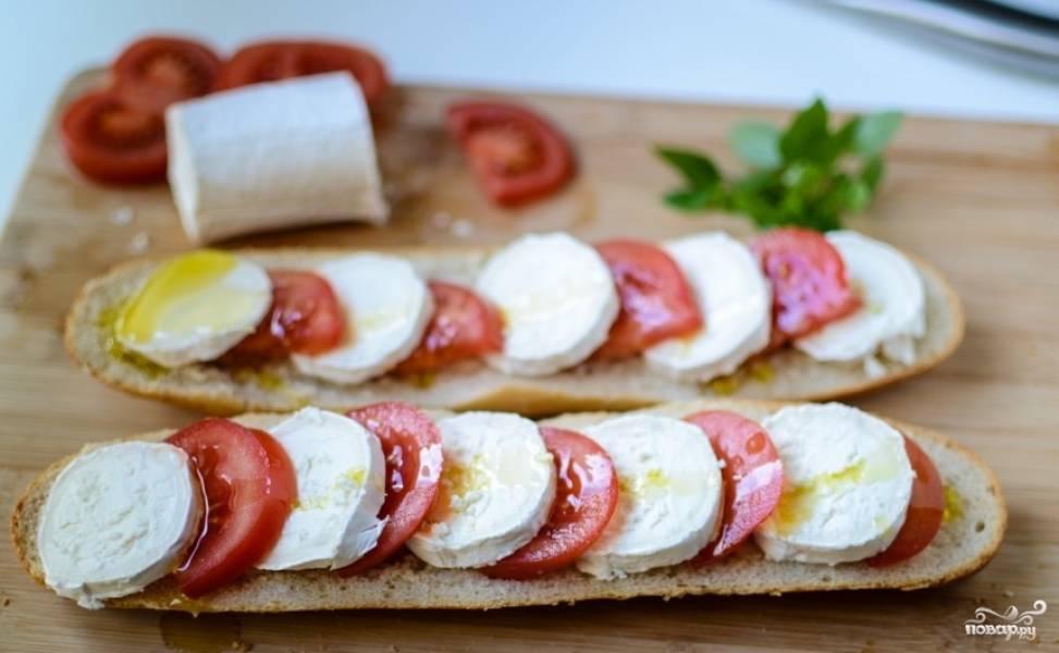 Багет разрезать пополам,уложить на него помидоры и сыр порезанные кружочками.. Полить оливковым маслом. Посолить, посыпать специями.
