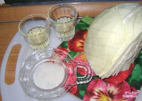 1. Рецепт приготовления свежего салата из капусты необычайно прост. Нужно подготовить все ингредиенты и приступить к процессу.