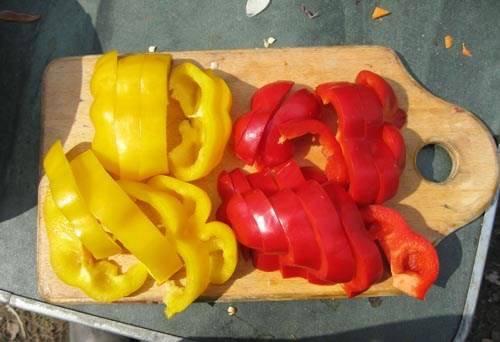 Болгарский перец очищаем от семян и режем кольцами, толщиной 1 см.