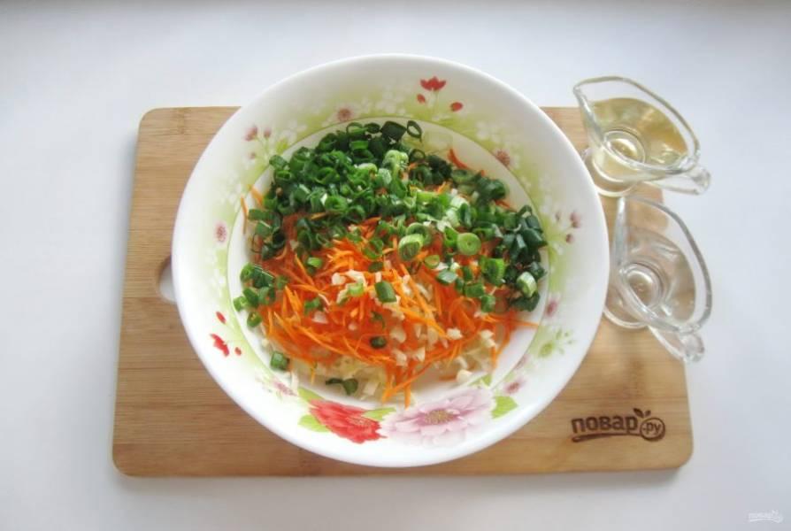 Заправьте салат растительным маслом и уксусом.