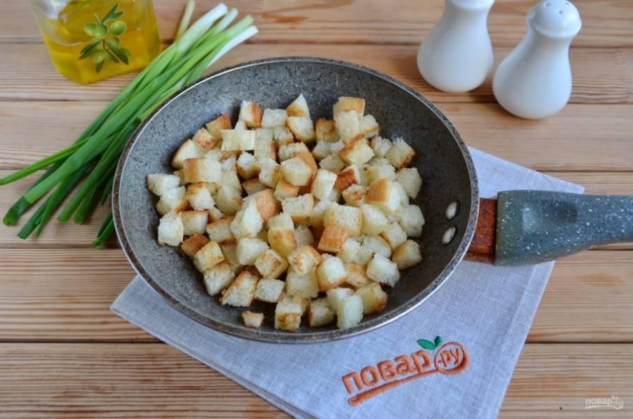 Обжарьте хлебные сухарики на растительном масле до красивой корочки.