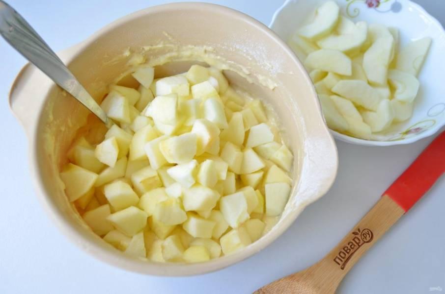 5. Яблоки вымойте, три штучки оставьте, остальные четыре штуки очистите от кожуры и порежьте крупными кубиками. Положите в тесто, перемешайте. Остальные три яблока также очистите от кожуры, порежьте дольками и ополосните в лимонном соке, чтобы не потемнели. Я лимонный сок развожу с водой, чтобы яблоки не стали очень кислыми.