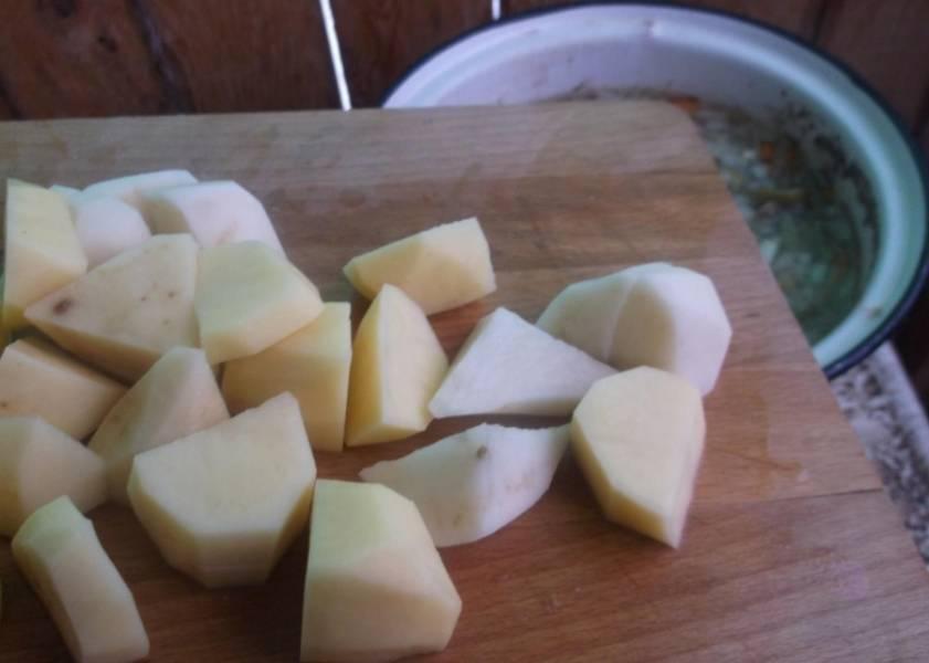 3. Картофель режем брусочками, и добавим, когда мясо уже почти сварится. После картошки добавим все, что осталось - чеснок, соль, перец и специи. Варим до готовности картофеля.