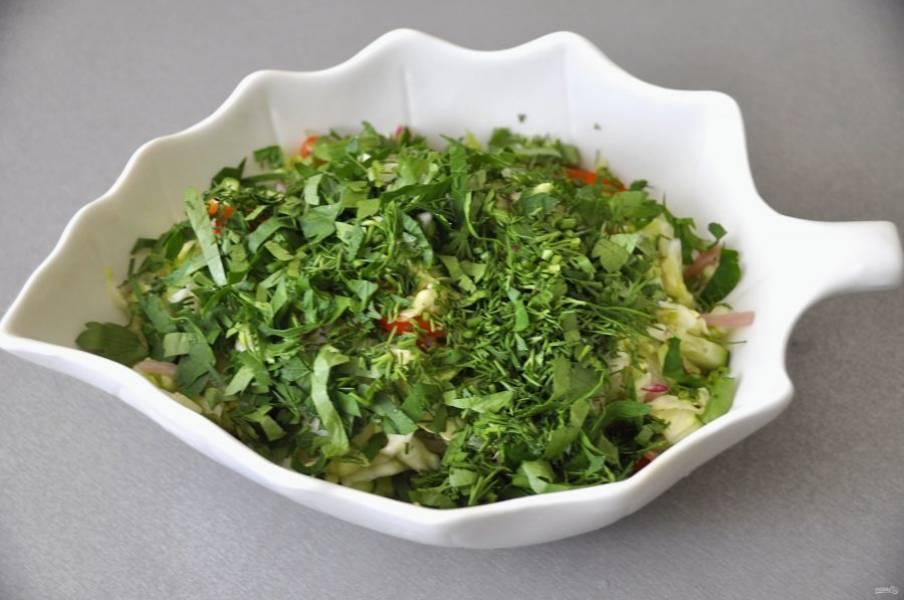 Переложите салат в салатник, посыпьте  измельченной зеленью укропа и петрушки.