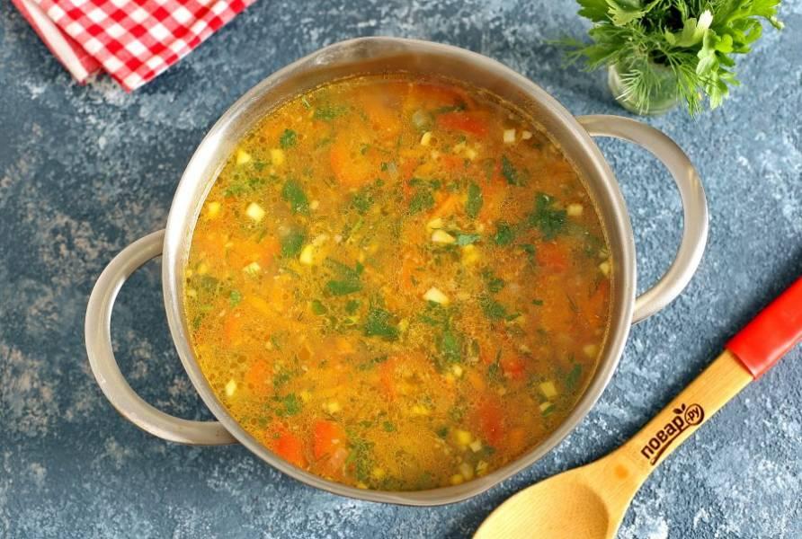 """За минут 5-7 до готовности, добавьте овощную зажарку, мякоть томатов и болгарский перец. В самом конце добавьте измельченный ножом чеснок и рубленую зелень. Выключите огонь, накройте кастрюлю крышкой и дайте настояться 10-15 минут. Суп """"Краснодарский"""" готов."""