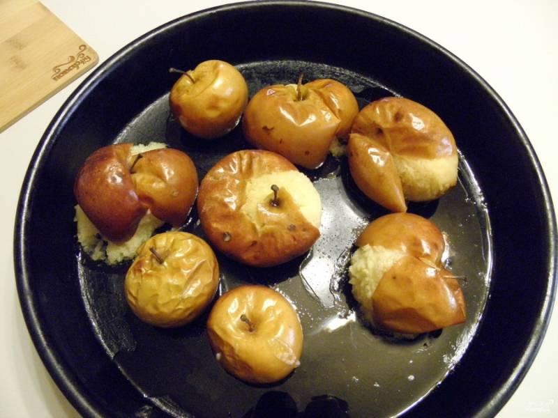 Яблочки готовы. Дайте им немного остыть, чтобы можно было взять в руки.