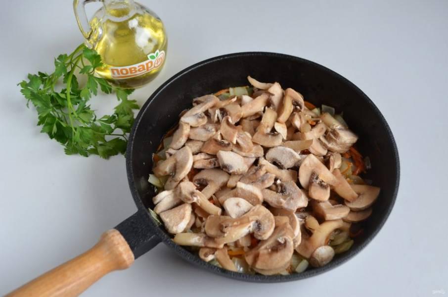 4. Добавьте порезанные свежие грибы или замороженные (я перед закладкой в морозилку их мою и режу).