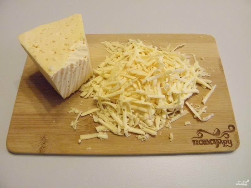 Натрите сыр на крупной терке.