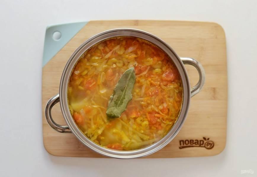 Добавьте зажарку в кастрюлю, посолите и поперчите по вкусу. Добавьте лавровый лист. Варите суп на среднем огне до готовности картофеля и капусты. В конце добавьте мелко порубленный укроп.