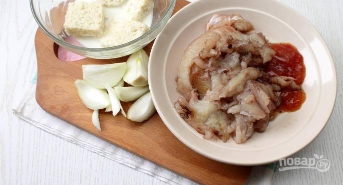 Отделите мякоть щуки от хребта и костей. Замочите ломтик белого хлеба в молоке. Затем прокрутите через мясорубку филе щуки, замоченный хлеб, очищенный репчатый лук.