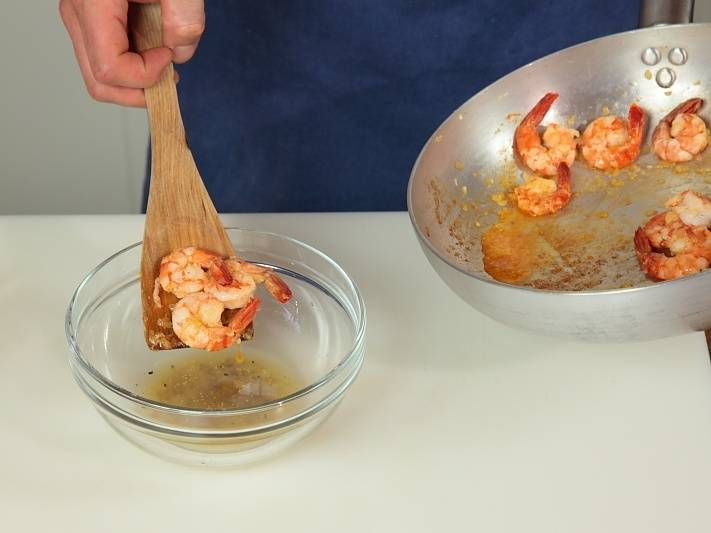 Опустить креветки в маринад.