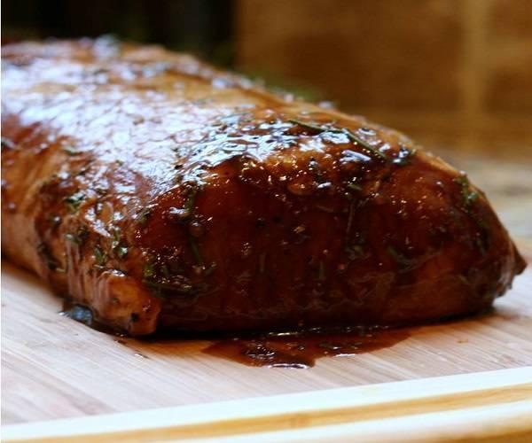 4. Мясо аккуратно достать из маринада. При необходимости его можно обвязать плотной ниткой, чтобы оно не потеряло форму в процессе приготовления.
