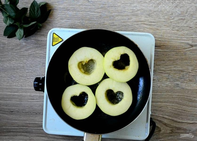 На сковороде растопите вторую часть сливочного масла. Когда сковорода будет хорошо прогрета, выложите на нее кружочки яблока и жарьте с двух сторон по несколько минут.
