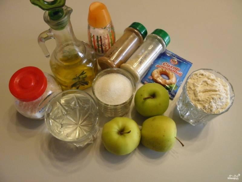Приготовьте продукты для пирога. Яблоки вымойте. Масло используйте рафинированное, без запаха.