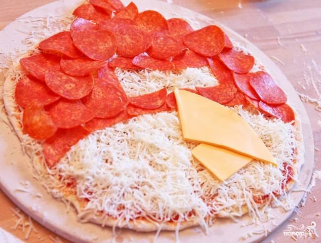6. Большой круглый кусок сыра разрежьте наполовину и затем наискось. Из двух больших частей выложите клюв.