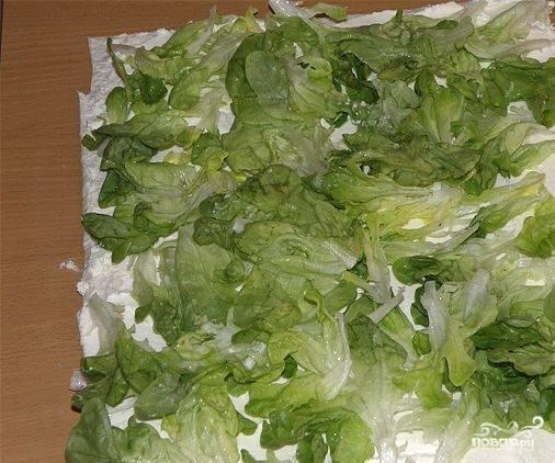 """3. Выкладываем листья зеленого салата или салата """"Айсберг"""", распределяя их по всей поверхности лаваша."""