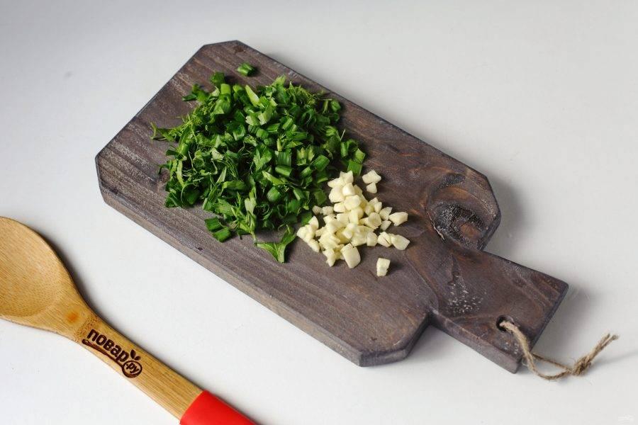 В самом конце добавьте измельченный ножом чеснок и рубленую зелень.