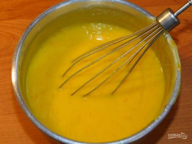 Понемногу вливайте горячую смесь в желтки, постоянно помешивая. Затем верните смесь на огонь и поварите пару минут, чтобы смесь загустела.