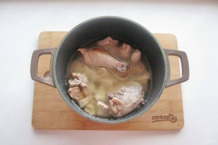 Затем посолите мясо и залейте водой.