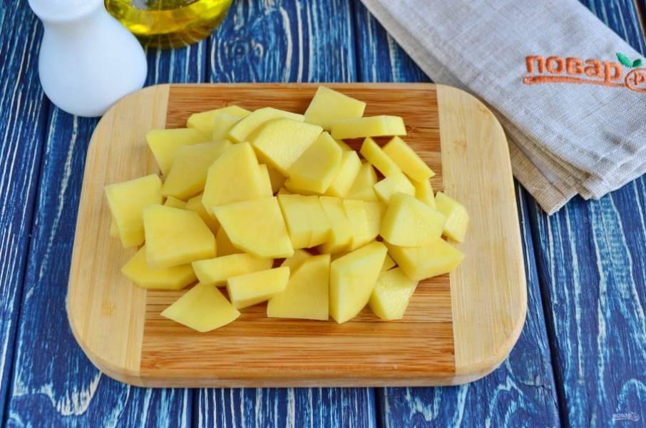 """На второй сковороде обжарьте кусочки картофеля до полуготовности. Я режу некрупно, чтобы картофель быстро """"дошел"""" в духовке."""