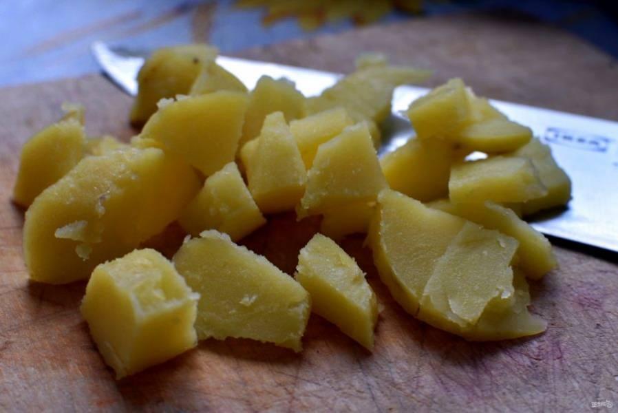 Очищайте картофель по одной штуке и тут же нарезайте крупными кусочками.