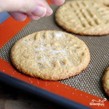 6. Достать печенье из духовки, посыпать сахаром и дать остыть на противне, после чего дать полностью остыть на решетке.